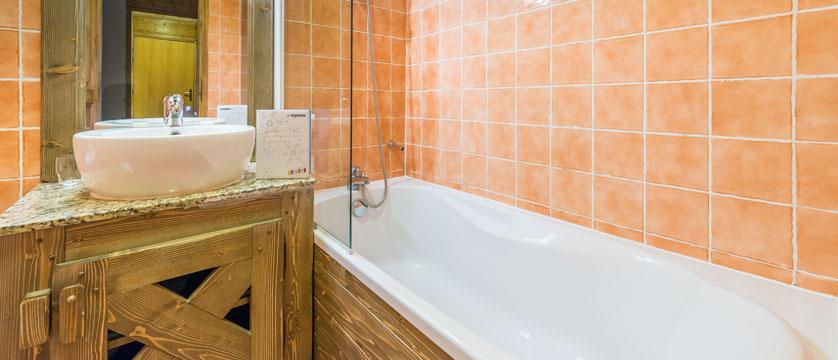 France_Les-Arcs_Chalet-Julien_Bathroom-example.jpg